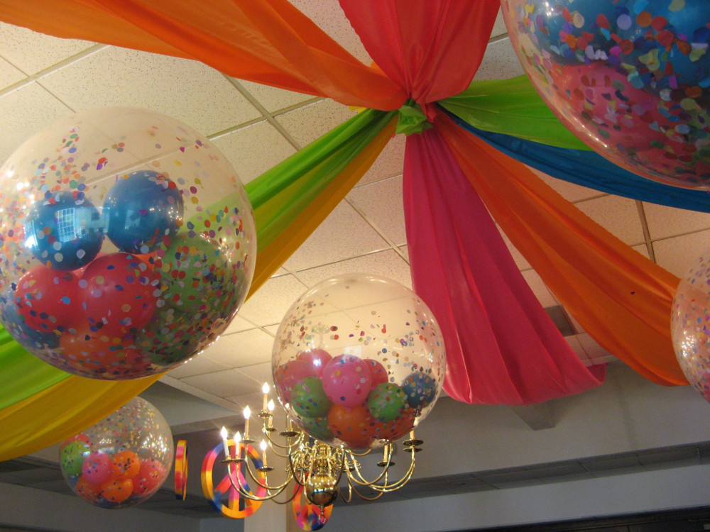 , aquí te damos 4 ideas para decorar con globos rellenos tu evento